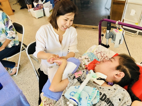 アロマハンドで難病の子ども支援